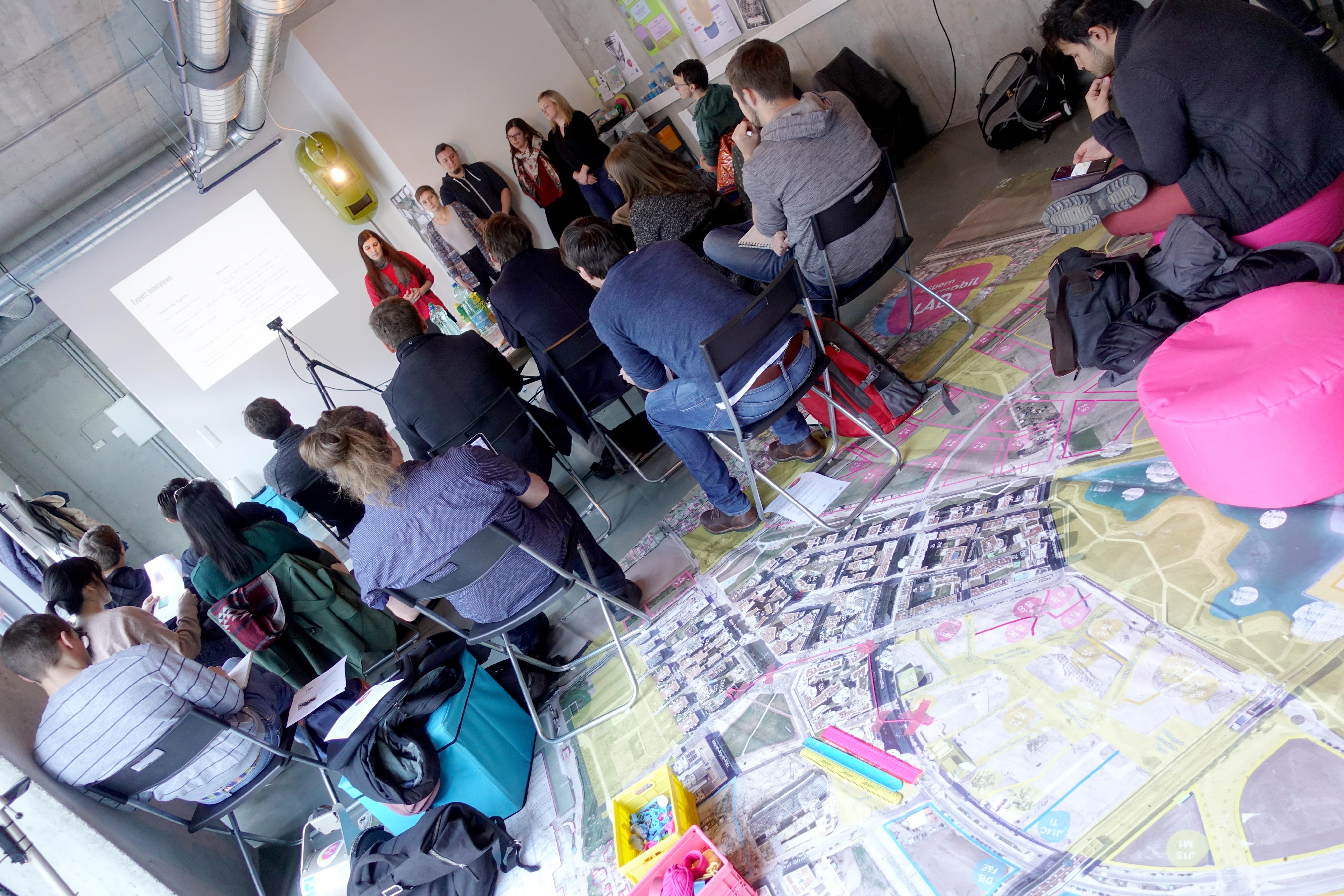Gruppe von Studierenden der LVA Design Thinking präsentieren ihr Projekt.