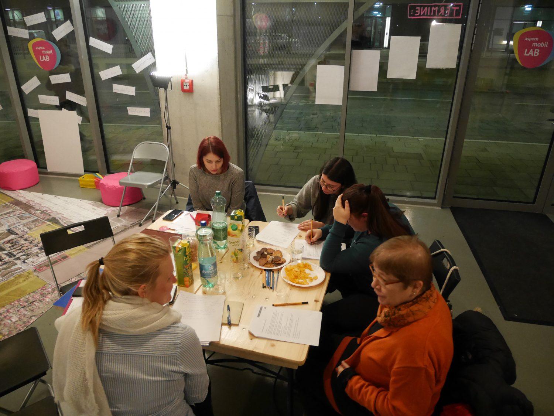 Foto der TeilnehmerInnen beim Ausfüllen des Fragebogens