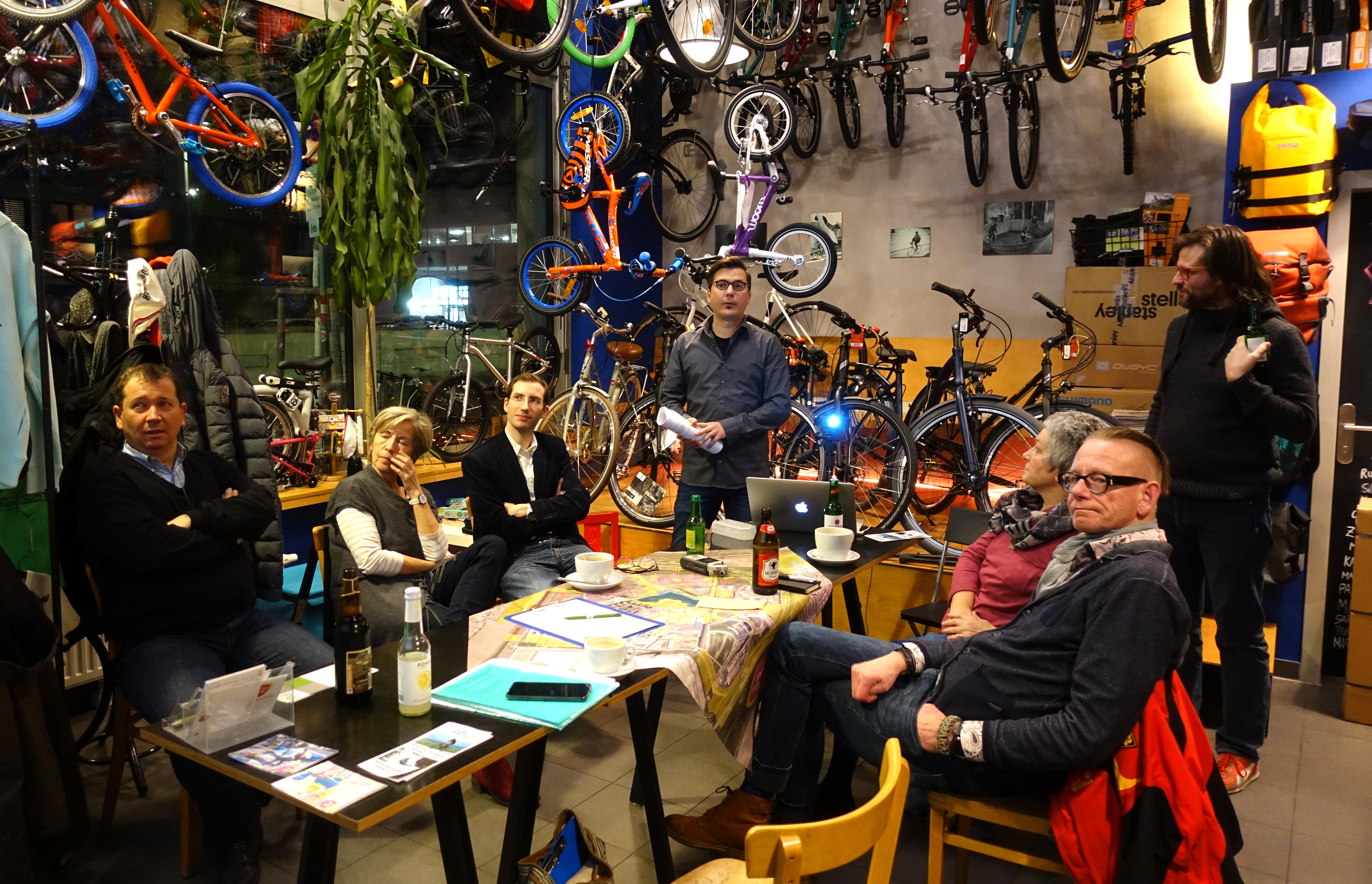 Vortragende und Gäste im Fahrradcafe