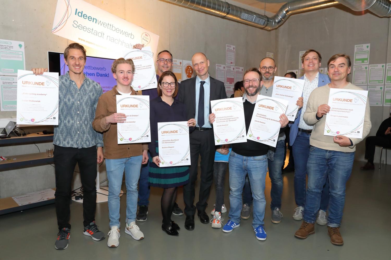 Zu sehen sind die PreisträgerInnen des Ideenwettbewerbs
