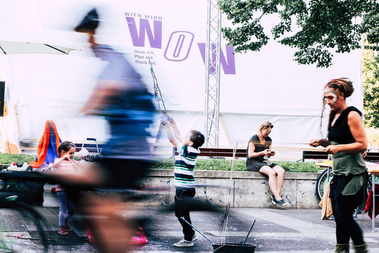 Foto der Ausstellung: Mehrere Personen sind am Foto zu sehen (zwei Kinder, ein Radfahrer, ...)
