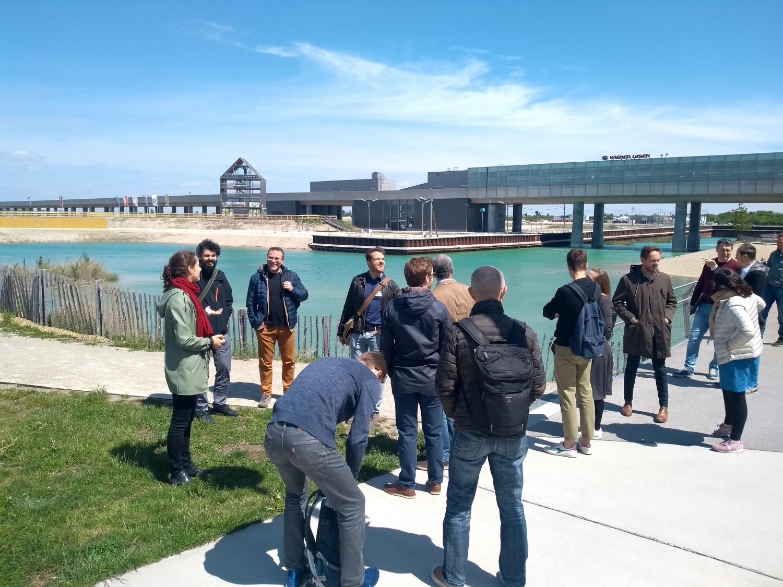 """Teilnehmerinnen des """"Pioneers Festivals"""" spazieren durch die Seestadt"""