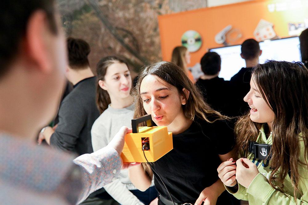 Schülerinnen testen unseren CO2-Sensor