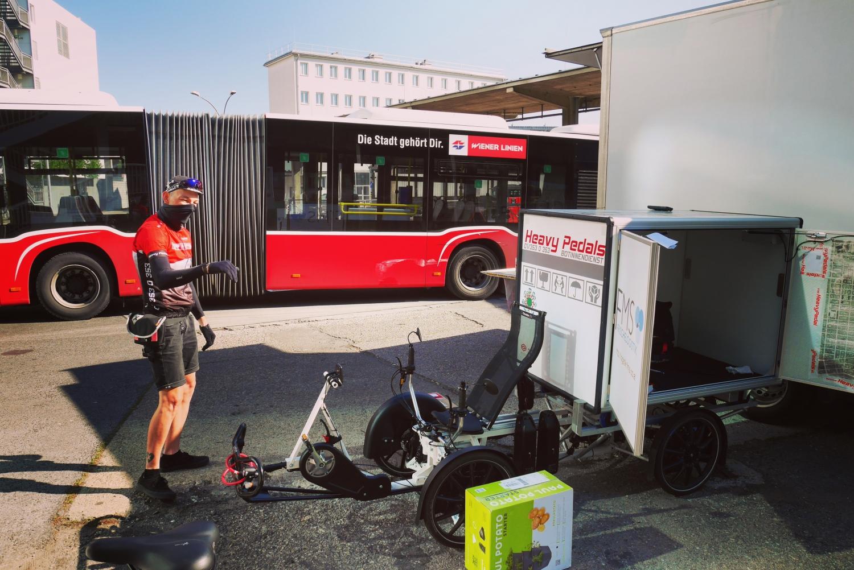 Projekt RemiHUB: Fahrradkurier bei der Auslieferung von Paketen